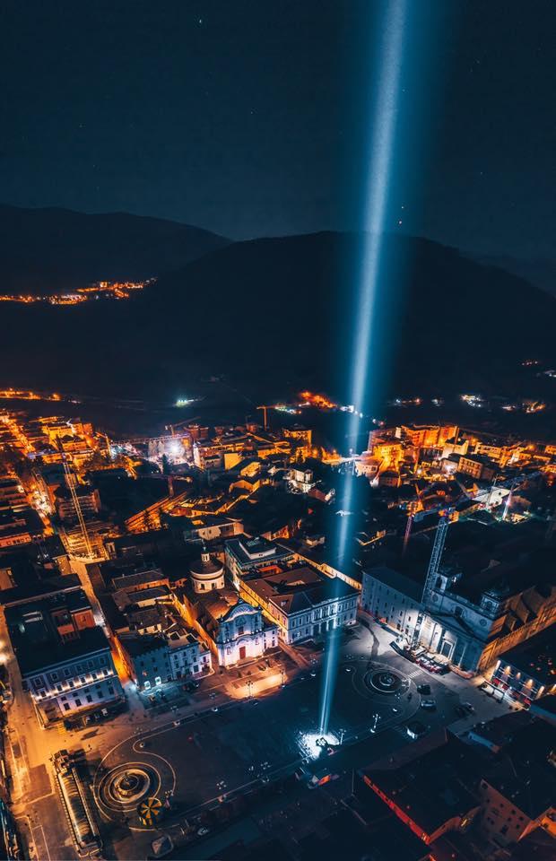 L'Aquila - un fascio di luce da Piazza Duomo verso i cieli della città in ricordo delle vittime di terremoto